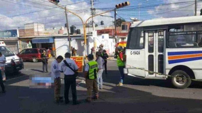 Chófer de transporte público atropelló su suegra de 73 años en Puebla