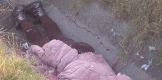 Vestía mallas café, chamarra rosa y botas color gris oscuro con lentejuelas.