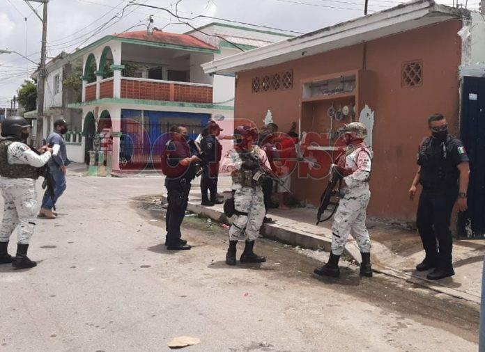 La Guardia Nacional y la Policía Quintana Roo se presentaron en el domicilio ubicado en la calle 25 con 8 y 55, donde radica el líder de este grupo de jovencitos.