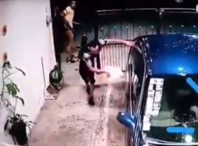Resulta que el dueño del vehículo denunció a un grupo de sujetos por el delito de narcomenudeo, por lo que estos tomaron represalias y se lo quemaron.