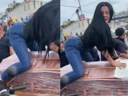 """En el video se puede ver a una mujer montada sobre unataúd fúnebremientras """"perrea""""."""