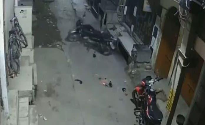 De pronto, una moto que se observa del lado derecho, empieza a moverse sola, avanza un poco, da media vuelta hacia su izquierda.