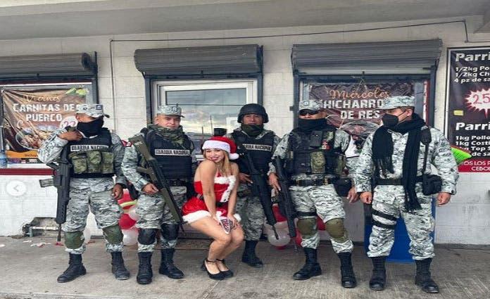 Los elemntos de la Guardia Nacional posan muy sonrientes.