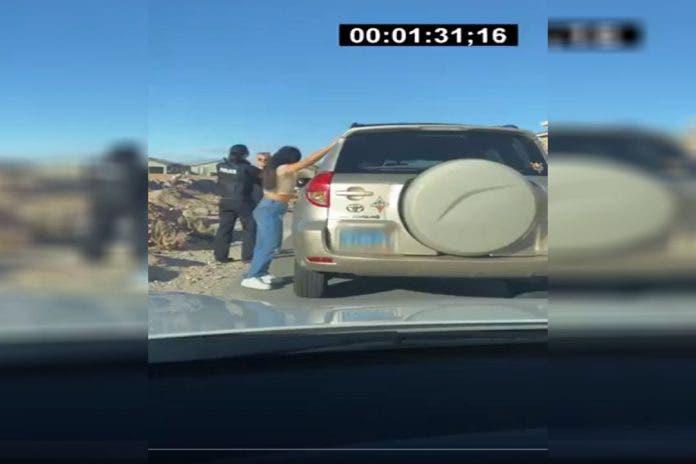 El video muestra a un oficial de policía norteamericano detener a una camioneta y ordena al guiador que descienda por sospecha de estar ebrio.