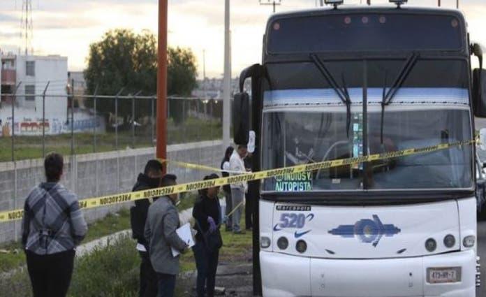 Arribó personal de la Fiscalía de Homicidios para realizar el levantamiento del cadáver, y el camión quedó bajo resguardo de elementos de la Guardia Nacional.