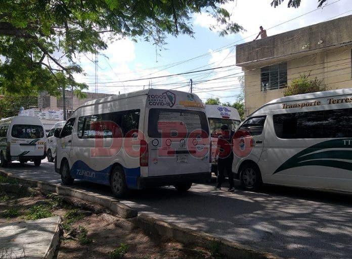 Bloquearon laavenida Tulum con avenida Miguel Hidalgo conocida como ruta 5 concamionetas del servicio público de transporte urbano.
