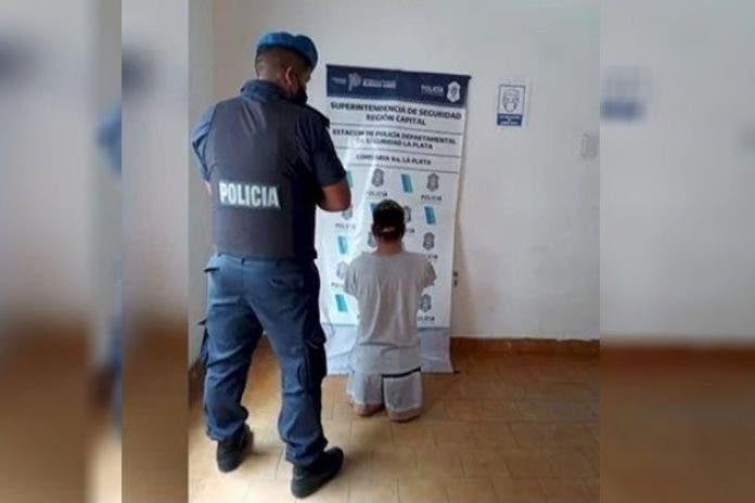 El hombre sin extremidades que intentó cometer un asalto contra una mujer en Argentina quedó detenido en la Comisaría.