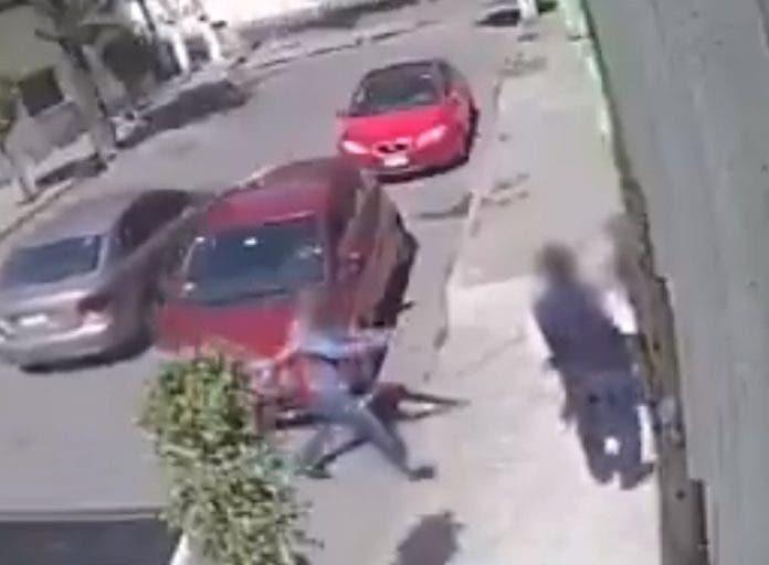 En el video se puede observar como la familia desciende de un vehículo rojo y se dirigen hacia sudomicilio.
