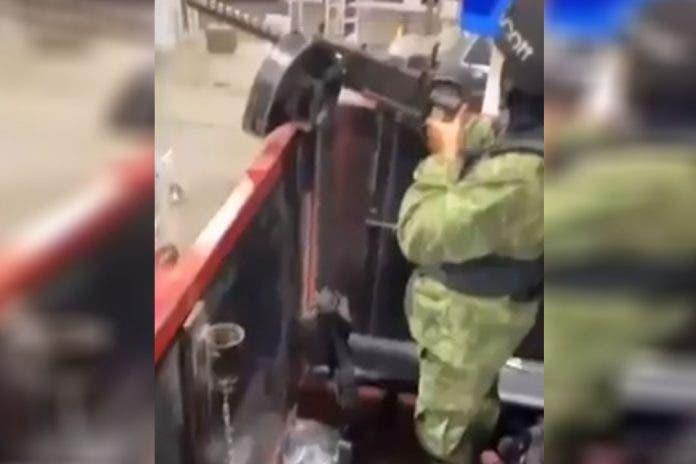 Comando armado presumen armas y 'troca monstruo' en gasolinera