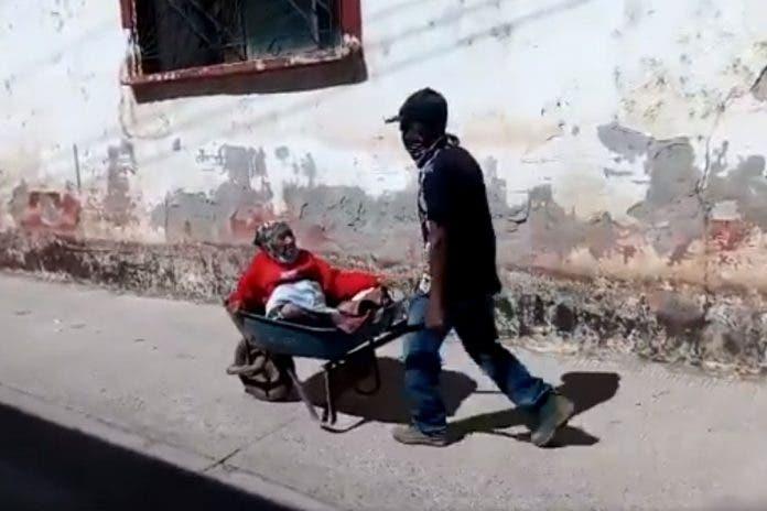 Viral: Abuelita acudió en carretilla a recibir vacuna contra COVID-19