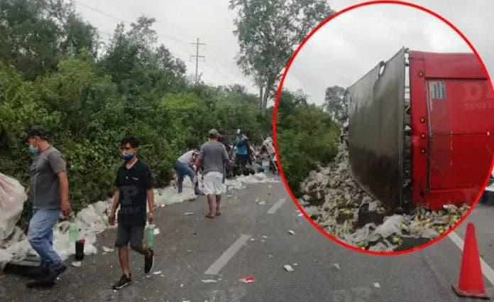 Vuelca camión de refrescos en la Mérida-Cancún y pobladores rapiñan