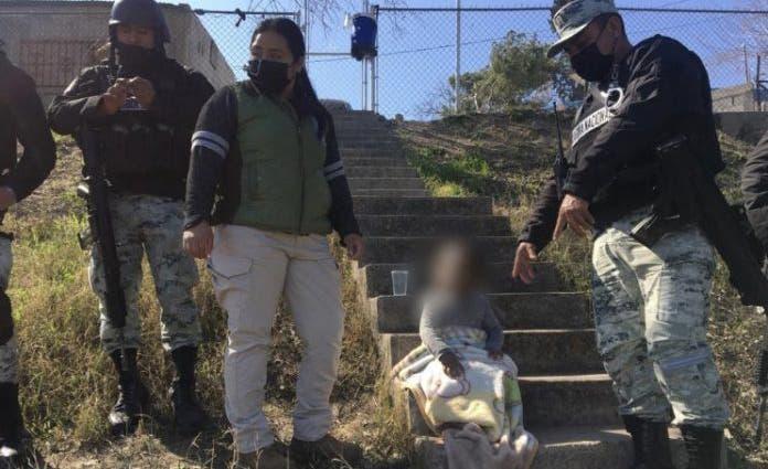 Mientras las autoridades mexicanas auxiliaban a la menor de edad, los migrantes aprovecharon para cruzar a Estados Unidos.