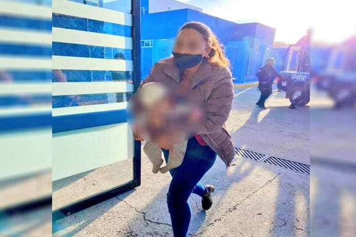 Elementos de Seguridad Pública llegaron al lugar, en donde ingresó una joven mujer con la bebé en brazos, situación que quedó captada en foto.