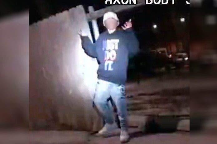 Policías-niño de 13 años- arma-video