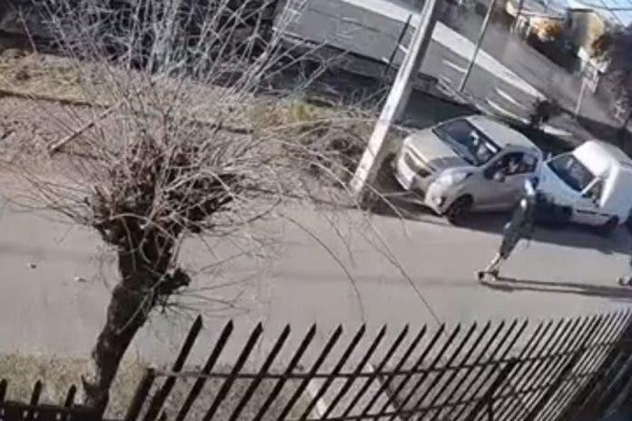 Madre entrega a su hijo de 15 años al ver lo en video robando un auto