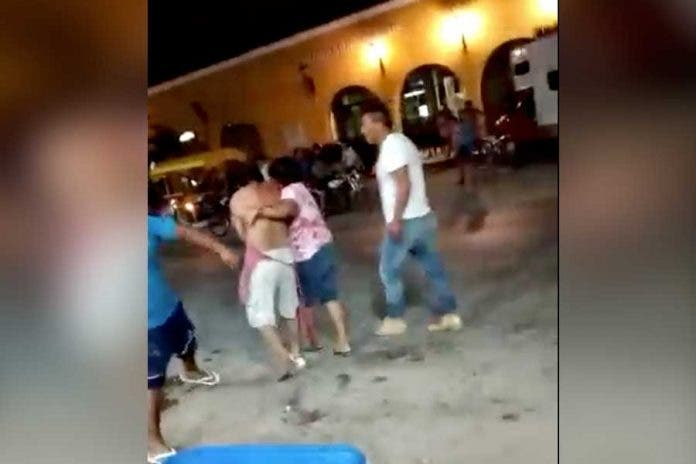 Evita que su hijo sea asesinado a golpes, madre interviene en la agresión que recibía su hijo por otro sujeto en Chunhuhub Quintana Roo.