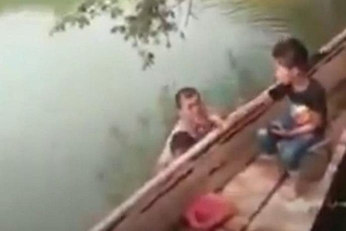 Fiscalía ya investiga a sujeto que nadaba desnudo con una niña
