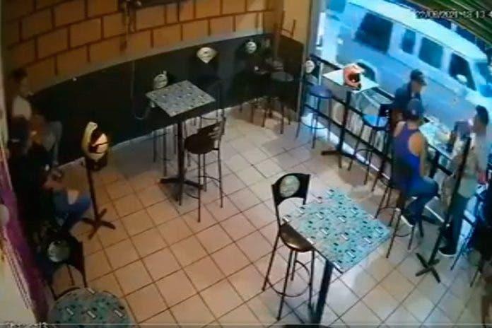 Cámara de seguridad registra como sicarios balean a tres en bar