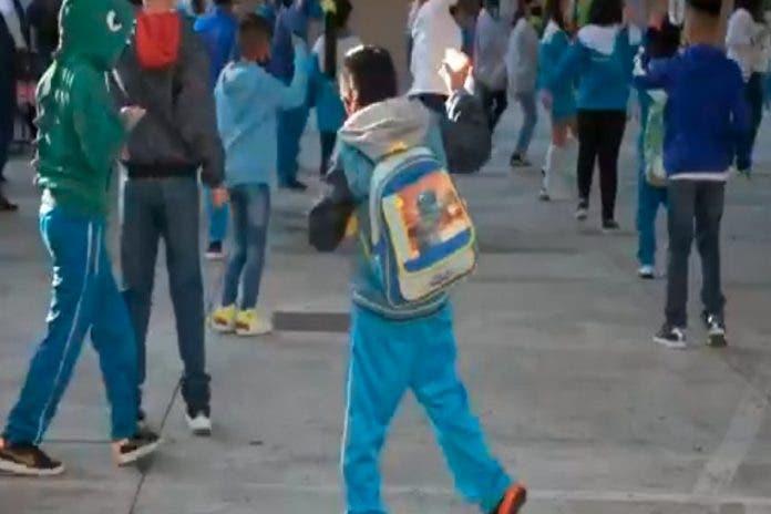 Niño primaria baila