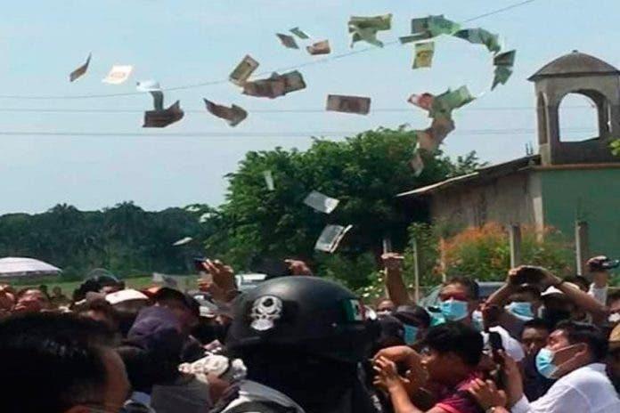 Ciudadanos golpean a mujeres que compraban votos