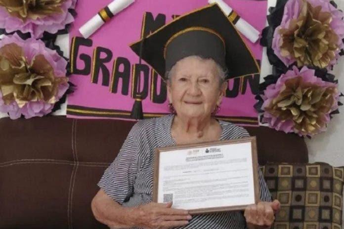 Abuelita de 89 años se gradúa de la secundaria en Sinaloa