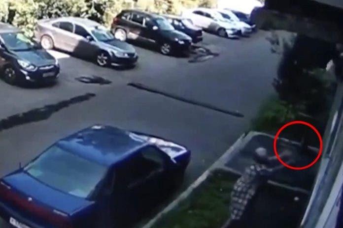 Abuelita tira su compra para rescatar a un bebé