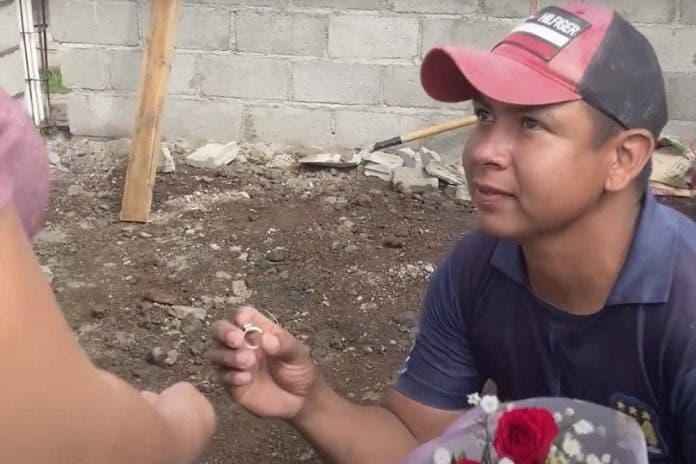 Albañil se hinca en plena obra para pedirle matrimonio a su novia