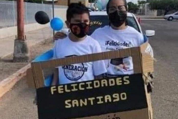 En carro de cartón niño se une a caravana para festejar su graduación