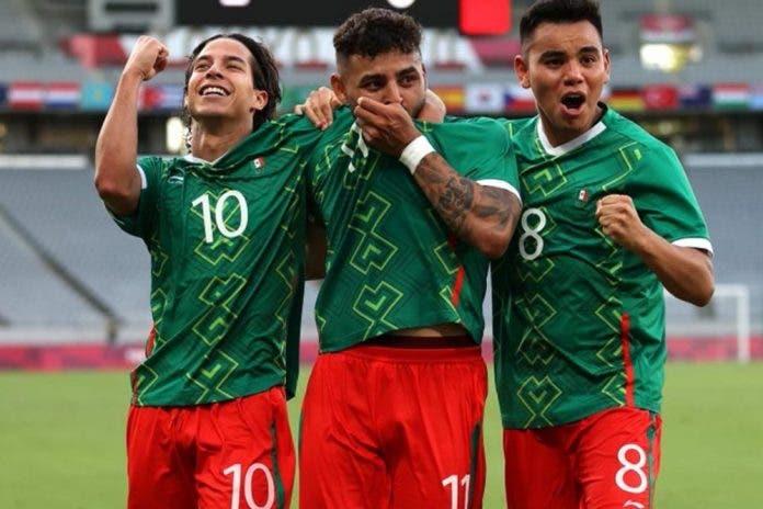 México goleó 4-1 a Francia en su debut en el Tokio Stadium