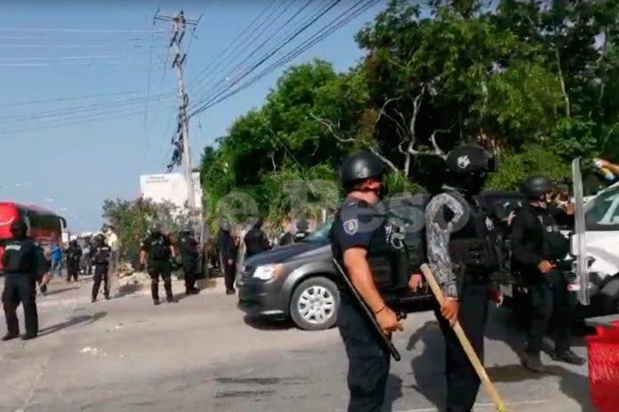 Policías se enfrentan a manifiestas tras desalojo en colonia de invasión