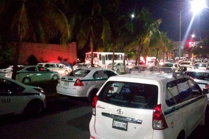Taxistas de Cancún se manifiesta tras la detención de dos choferes