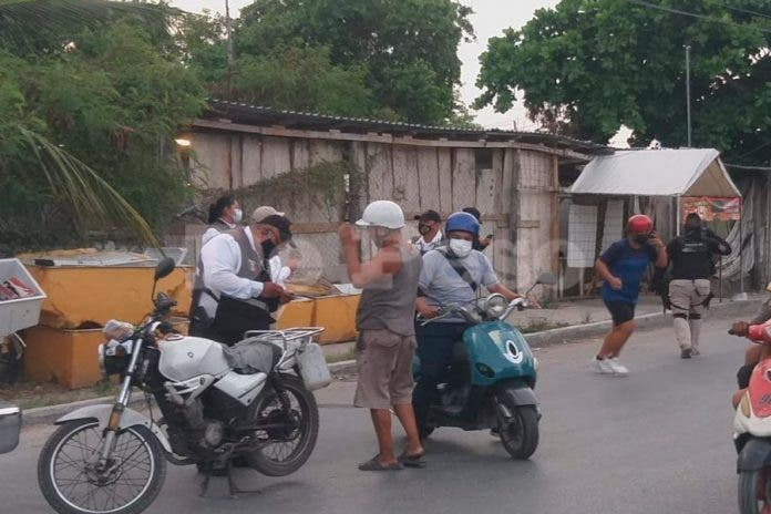 Por delitos en Cancún, 'polis' revisan motos y paisanos 'sospechudos'