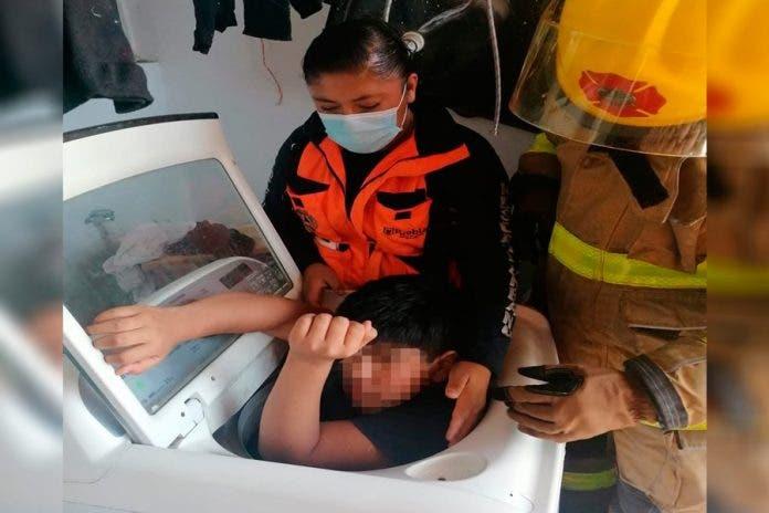 Rescatan a niño atorado lavadora