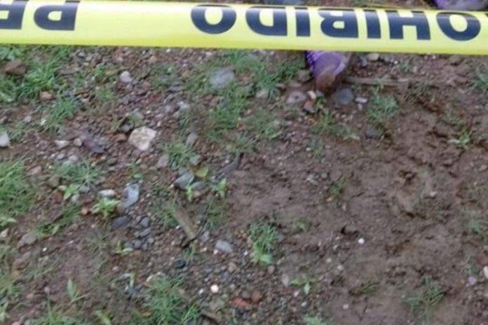 Con un cuchillo en la cabeza encontraron a una mujer en la carretera