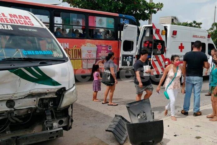 Cancún: Automóvil se impacta contra combi dejando pasajeros lesionados