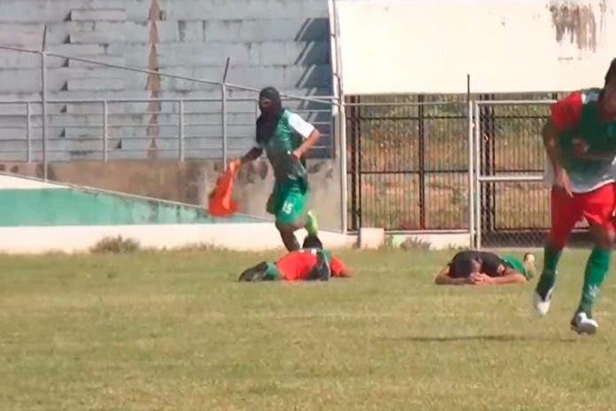 Viral: Abejas atacan a jugadores durante partido de futbol