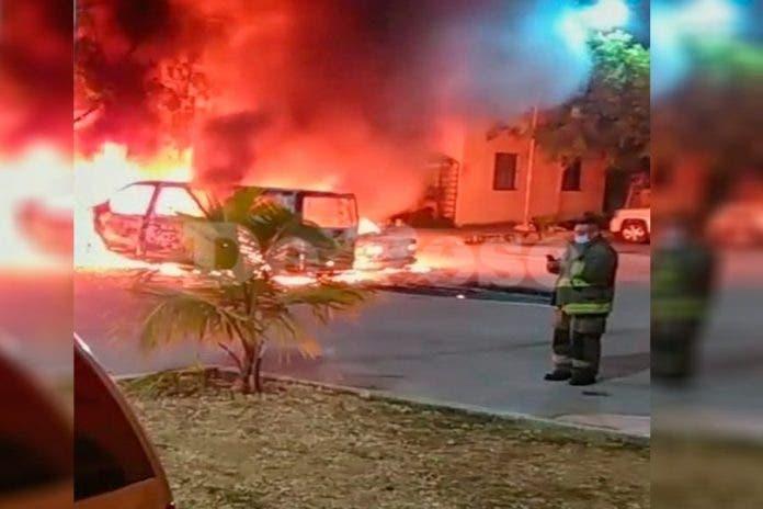 Presuntos prestamistas queman autos en fraccionamiento de Cancún