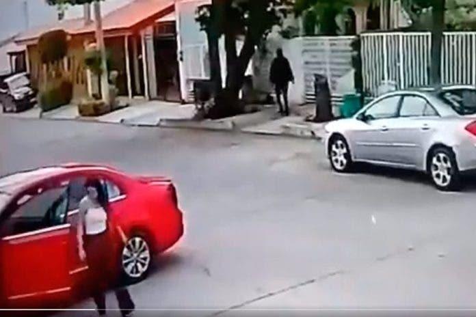 Sujeto roba auto a madre, ella lucha desesperada para bajar a su bebé