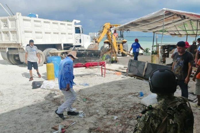 Barren locales sin permiso en playa Langosta, se llevaron todo