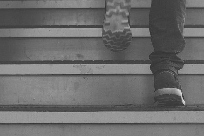 Hombre alcoholizado cae de las escaleras