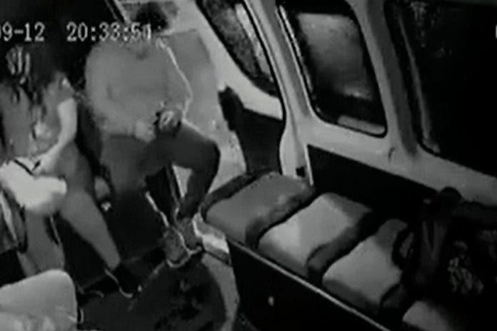 Por quedarse dormido, hombre se cayó de la combi y se volvió viral