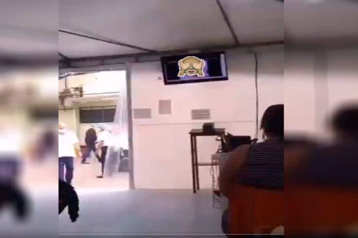Reproducen película para adultos en sala de espera de hospital