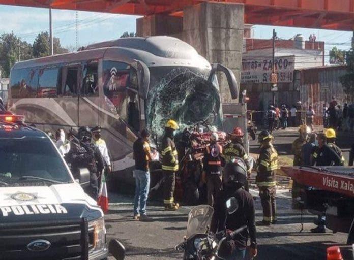 Dos muertos y 14 heridos tras choque de autobús sin frenos