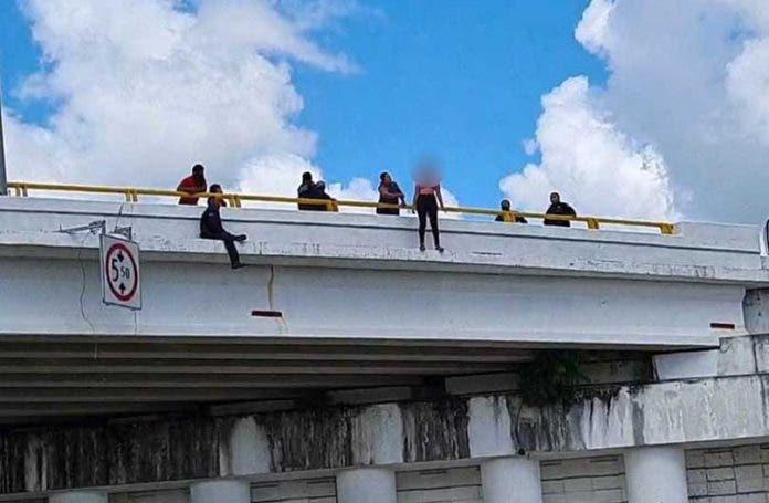 mujer puente