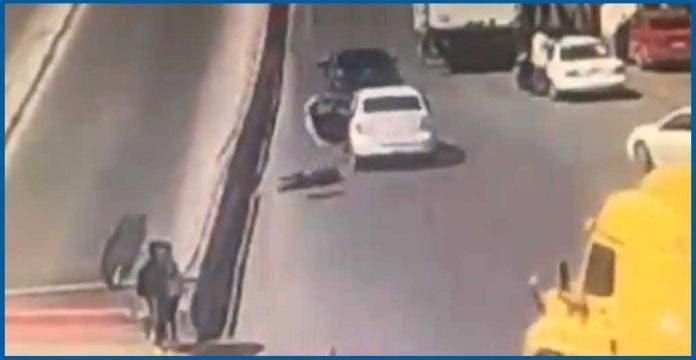 Mujer salta de auto en movimiento para evitar su secuestro