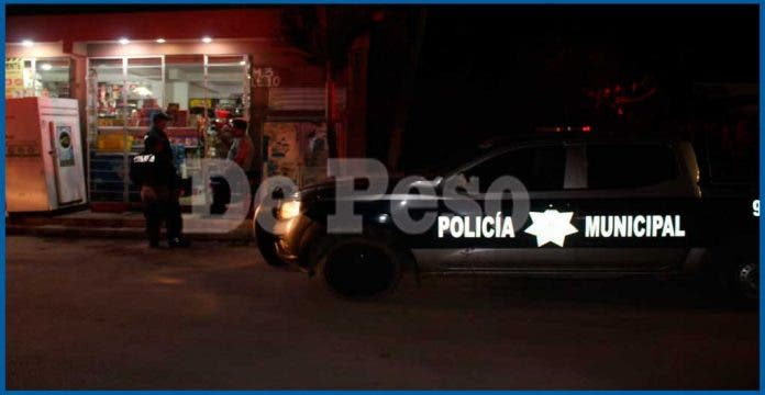 Uniformados detienen a sujetos armados tras asaltar una tienda
