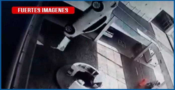 Auto aplasta a dos recepcionistas en agencia de coches
