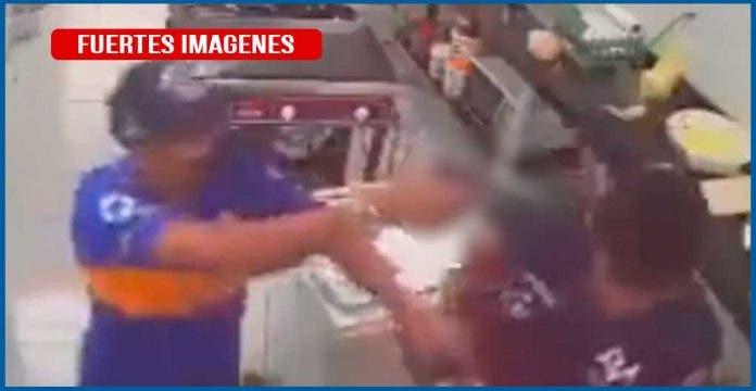 Empleado de panadería frustra robo pegándole con su rodillo a ladrón