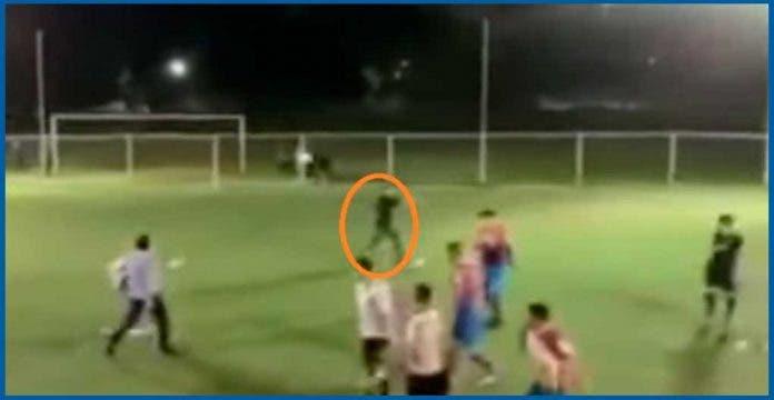 Sicario irrumpe partido de futbol para balear a joven