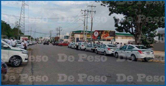 Taxistas de Cancún se manifiestan por la detención de dos compañeros